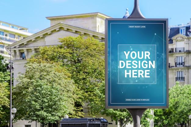 Открытый вертикальный рекламный щит в городе макет