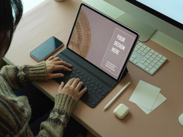 Верхний снимок женщины, работающей с макетом цифрового стола, компьютерного стола в офисной комнате
