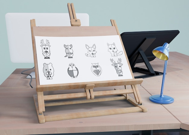 Supporto per pittura su scrivania con lampada accanto