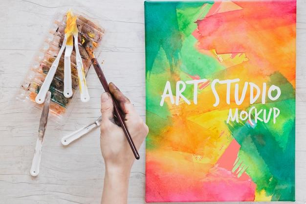 机の上に水彩絵の具や筆を塗る