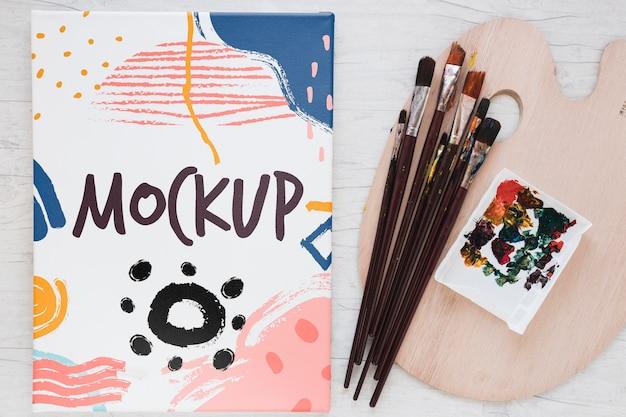 テーブルに水彩絵の具やブラシを塗る