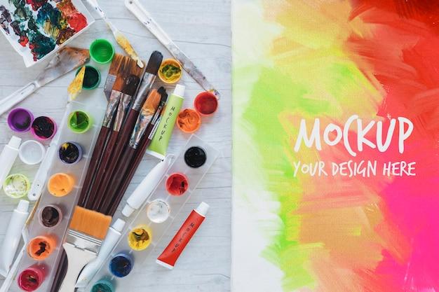 モックアップでの水彩絵の具とブラシのペイント