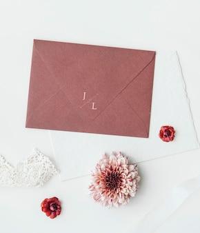 Бледно-красный макет конверта с цветами
