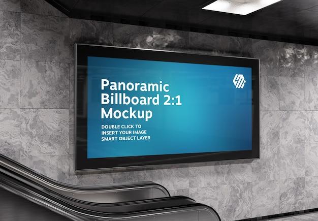 地下鉄エスカレーターの壁のモックアップのパノラマ看板