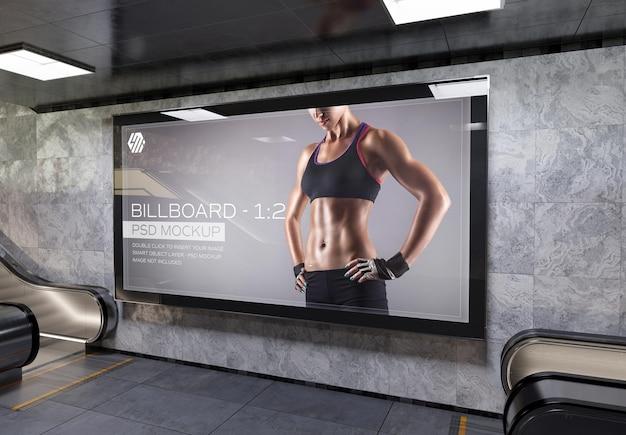지하철역 벽 모형에 있는 탁 트인 광고판
