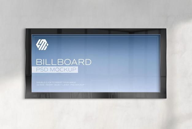 Панорамная рамка, висящая на бетонном стенном макете офиса