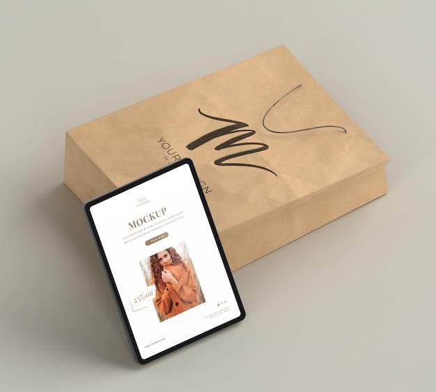 종이 봉지 및 태블릿 배열