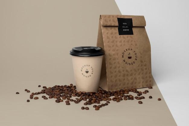 Sacchetto di carta con caffè mock up