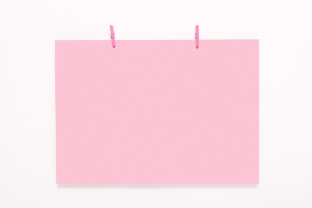 Бумажная карточка на прищепках