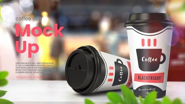 店のテーブルに紙のコーヒーカップのモックアップ