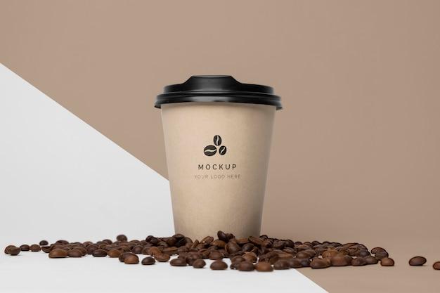 커피와 종이 컵을 모의