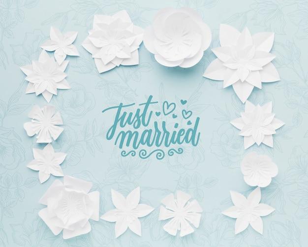 青い結婚式の背景のモックアップに紙の花