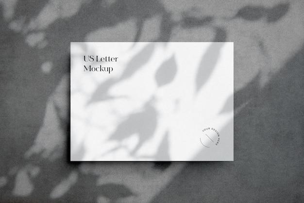Сцена из бумажного макета с наложением тени листьев