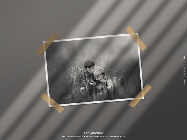 벽에 그림자가있는 종이 사진 프레임 모형