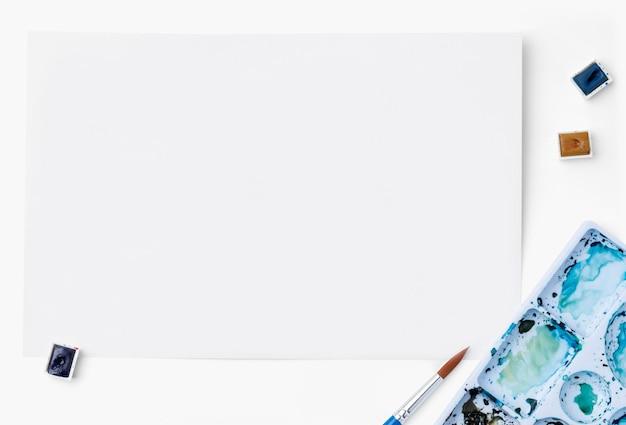 青い水彩パレットと紙のpsdモックアップ