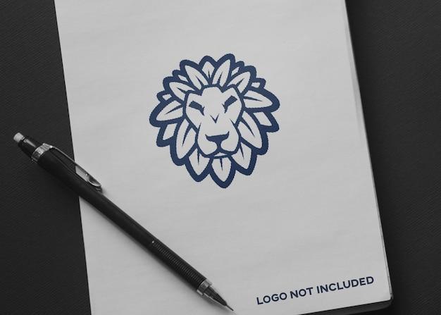 ロゴのモックアップ付きの紙