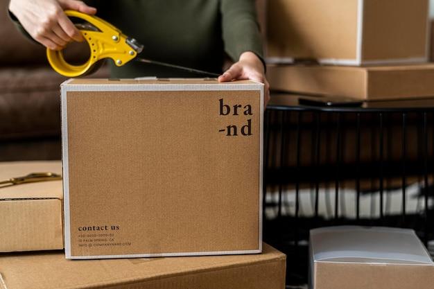 Посылочная коробка psd упаковывается для доставки владельцем малого бизнеса