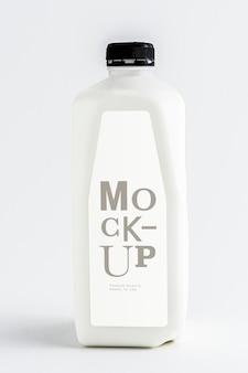 ペットボトルのモックアップで低温殺菌されたミルク