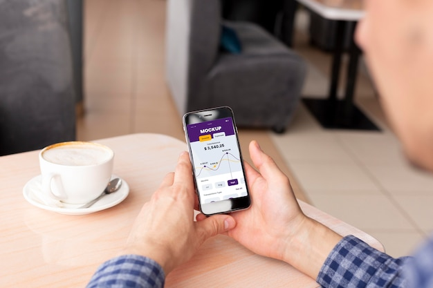 스마트폰의 결제 앱이 목업을 표시합니다.