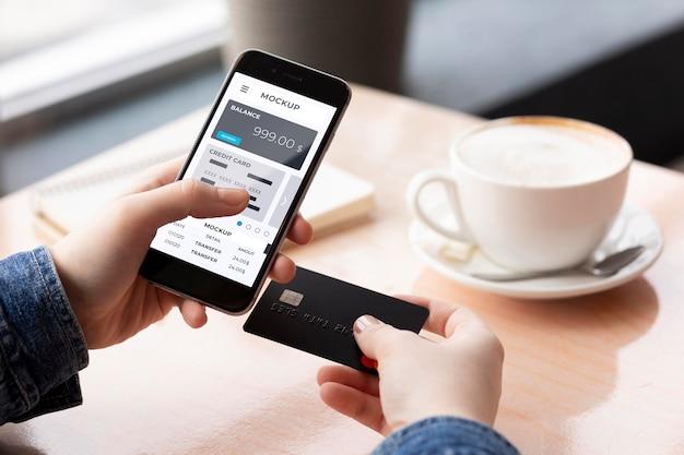 在智能手机显示模拟的付款应用程序