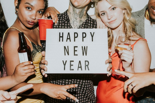 새해 전야 파티 모형에서 축하하는 사람들