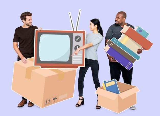 Люди перемещают вещи в новый дом