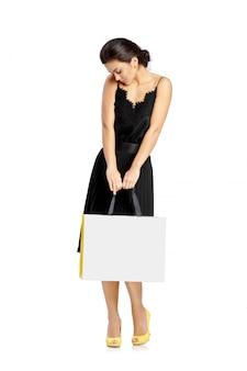 Концепция людей, продажи, черной пятницы и роскоши - хозяйственные сумки женщины.