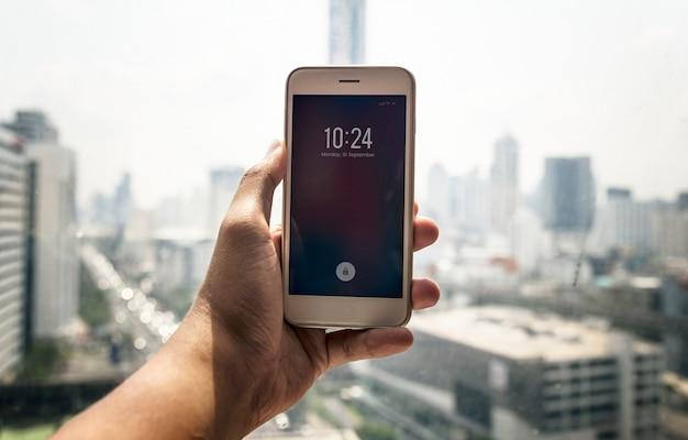 Человек, проверяющий время на телефоне