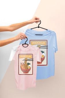 일본 티셔츠 모형을 들고있는 사람