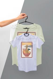 Persona in possesso di un modello di t-shirt giapponese