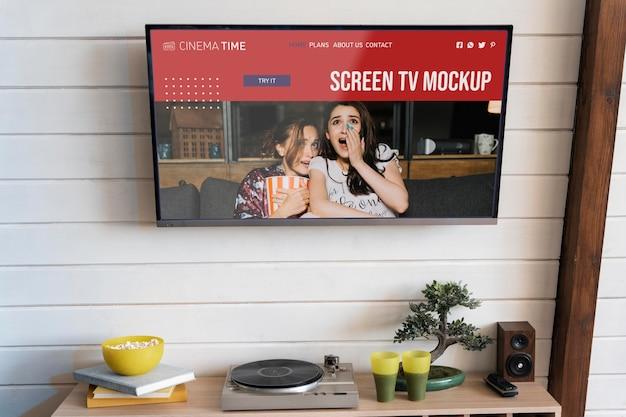 Человек смотрит фильм по телевизору