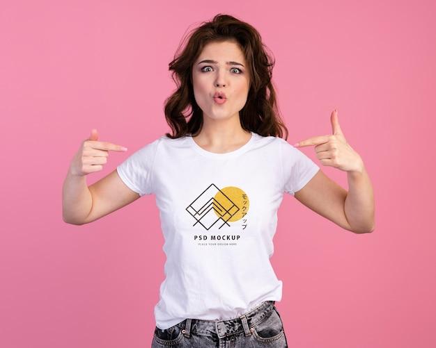 Persona con un'espressione eccitata che indica il modello di maglietta