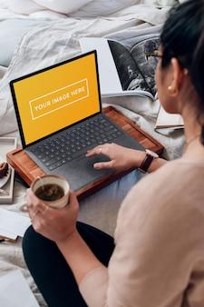 Человек, работающий на ноутбуке в домашнем офисе, макет