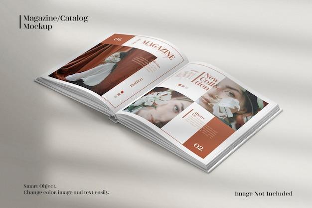 パースペクティブでミニマリストの正方形の雑誌またはカタログのモックアップ Premium Psd