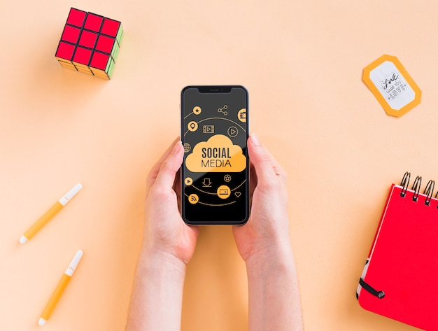 Телефон на столе рядом с кубиком рубика