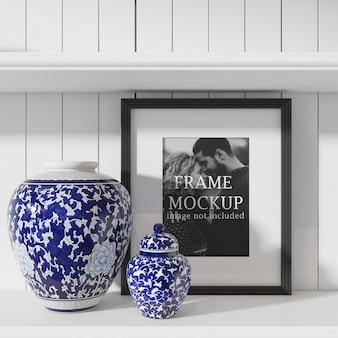 青い花瓶の横にあるフォトフレーム