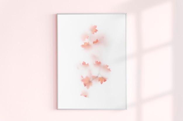 在桃红色墙壁上的照片框架有自然光的