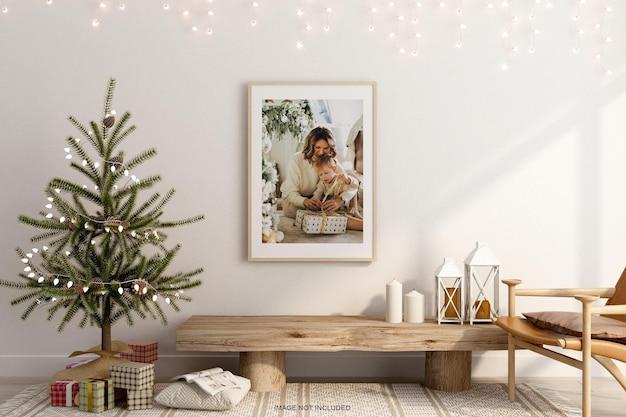 벽에 크리스마스 트리 모형이 있는 사진 프레임
