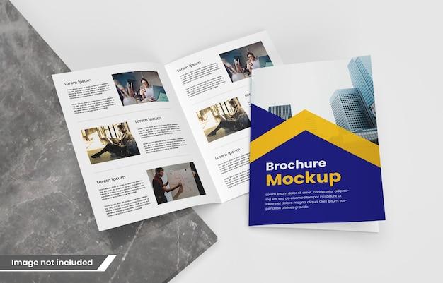 写真のリアルな二つ折りパンフレットまたは雑誌のモックアップ