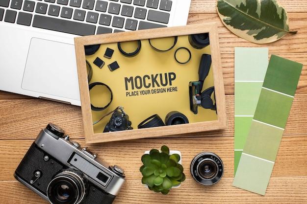 Workshop fotografico con assortimento di mock-up di cornici