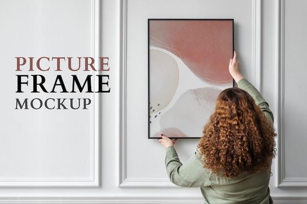 Cornice per foto mockup psd appesa al muro dal design interno minimo