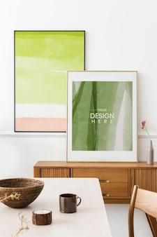Mockup di cornici per foto appoggiate al muro in una sala da pranzo psd