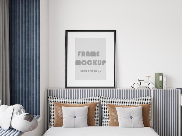 Рамка для картины на современной кровати в молодой спальне