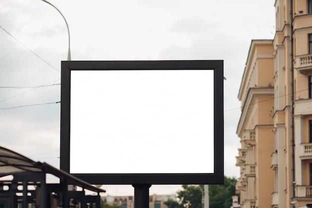 通りの横に広告を表示するための大きな屋外のひげの写真