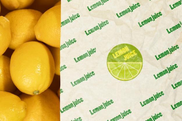 Кусок бумаги сверху свежих лимонов