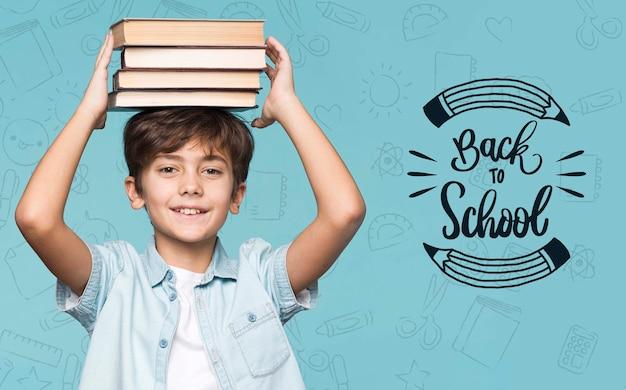 Куча книг молодой милый мальчик макет