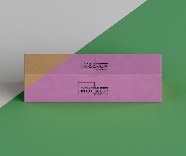 Розовая коробка на зеленом фоне