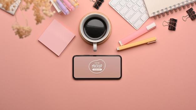 스마트 폰으로 분홍색 창의적인 연구 테이블