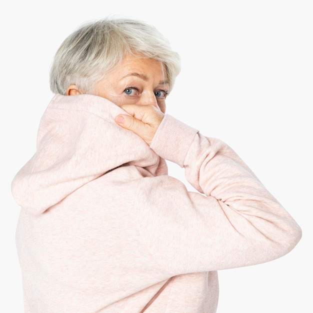 Mockup di felpa con cappuccio rosa sulla donna
