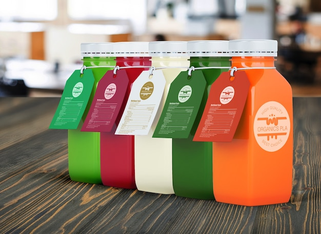 다양 한 색상의 레이블이있는 플라스틱 병